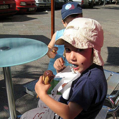 Kids essen Eis in Berlin-Kreuzberg