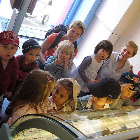 Kindergartengruppe im Kreuzberger Eisladen (vanille & marille)