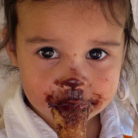 Kind ißt Eis in Berlin-Kreuzberg bei vanille & marille