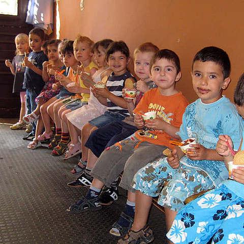 Kinder essen Eis bei vanille & marille