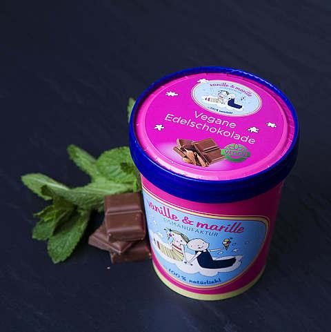 Eis aus Berlin: Zuhause-Becher Vegan Schokolade, vanille & marille